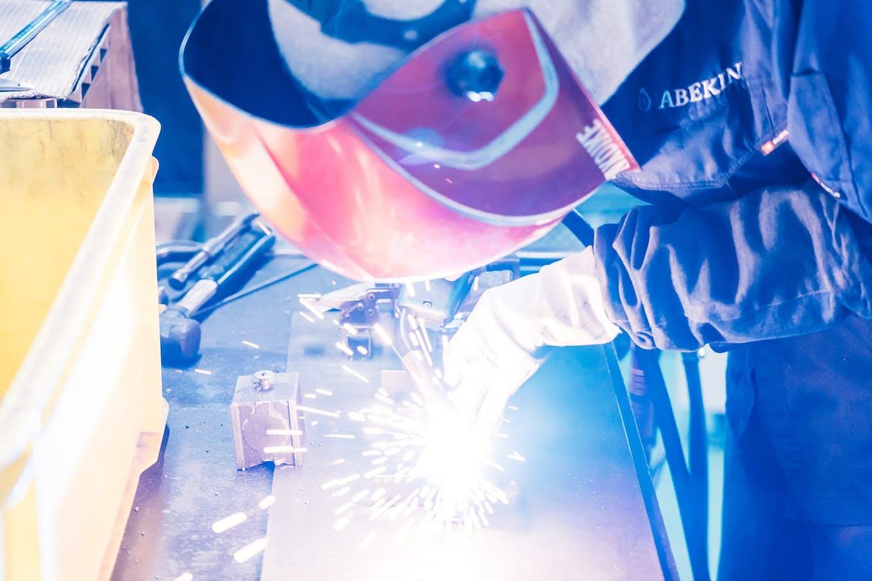 長年培ったスチール加工技術を武器に国内外の有名家具メーカー各社と取引するほか、自社ブランド製品も展開
